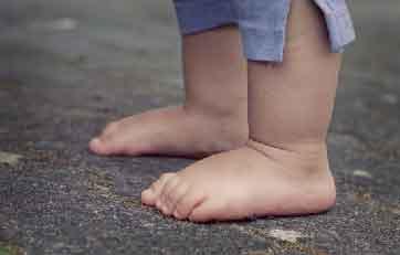 Les bons conseils du podologue pour les pieds des touts petits